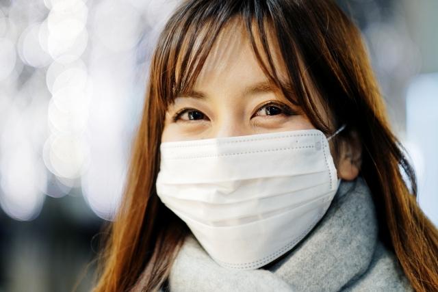 マスクで笑う女性